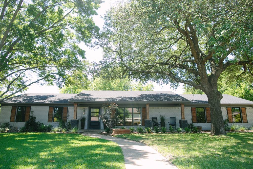 Outside view of house featured on Fixer Upper show. | Waco, TX; Birthday Weekend in Magnolia