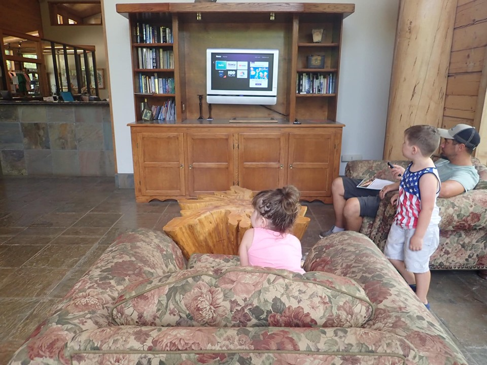People watching TV in the lobby of the retreat at the lake.| The Retreat at Artesian Lakes in Texas
