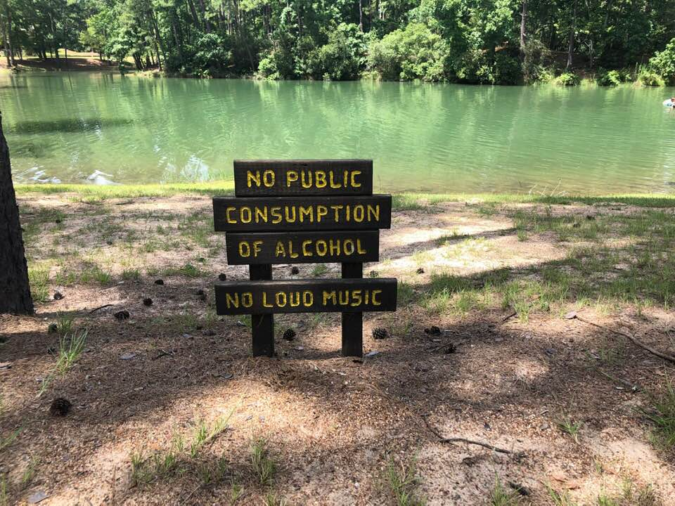 Signs of rules at the lake.| The Retreat at Artesian Lakes in Texas